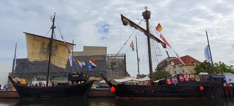 Twee Koggen naast elkaar in Bremerhaven